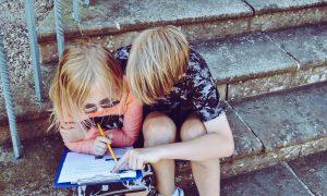 Barn som läser tillsammans
